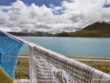 Jazero Yamdrok-Tso má pre Tibeťanov nesmierny kultúrny a religiózny význam, sídlia v ňom budhistické božstvá, ľudia sa v ňom nesmú kúpať. Traduje sa, že ak toto jazero vyschne, Tibetský národ prestane existovať.