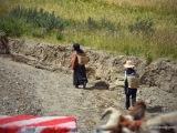 Tibeťania pri každodennej práci, fotím z busu na Friendship Highway. Sme vo výške 4 500 m!!!