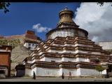 Slávna stupa Kumbum je súčasťou kláštora Pelkor Chode. Táto stupa je najväčšia v celom Tibete.
