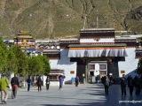Mesto Shigatse, pred kláštorom  Tashi Lhunpo. Je to kláštor pančalámov.