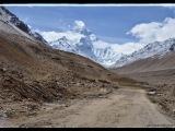 Tesne pred base campom.  Mount Everest (doslova Everestov vrch, po nepálsky Sagarmáthá, po čínsky 珠穆朗瑪峰 (Ču-mu-lang-ma feng, pchin-jin zhū-mù-lǎng-mǎ fēng), po tibetsky Qomolangma (feng)).