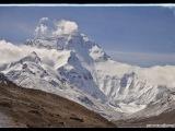 Mt Everest (North Face). Pomenovaný je po zememeračovi Sirovi Georgovi Everestovi (1790 – 1866). Prvýkrát naň dokázateľne a zdokumentovane vystúpili 29. mája 1953 Sir Edmund Percival Hillary a šerpa Tenzing Norgay. na opačnej strane je už Nepál.