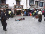 V uliciach Lhasy - hlavného mesta Tibetu...