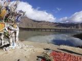 Posvätné jazero Yamdrok Tso v Tibete...
