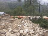 Časť poškodenej školy v Jantarkhani...