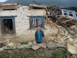 Náš priateľ Pasang v troskách svojho domu, aj jemu pomáhame pri obnove jeho zničeného domova...